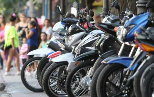 Motociclistas argentinos tendrán que grabar sus patentes en cascos y chalecos
